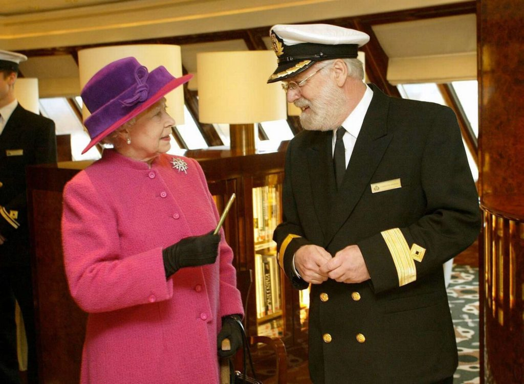 Królowa Elżbieta II i Ron Warwick w bibliotece na Queen Mary 2