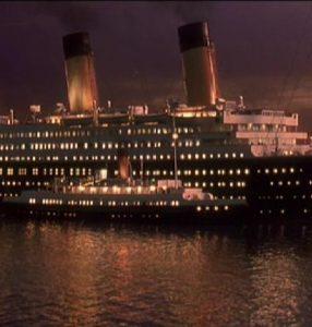Nomadic przy burcie Titanica w porcie w Cherbourgu - na filmie J.Camerona z 1997 roku